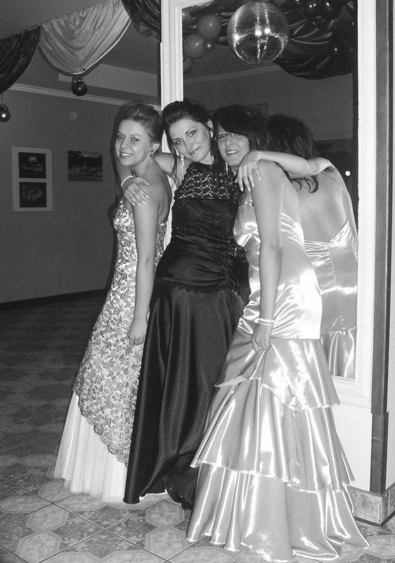 srebrna długa sukienka studniówkowa 1