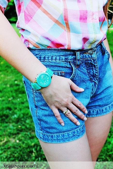 modny zegarek spodenki jeansowe