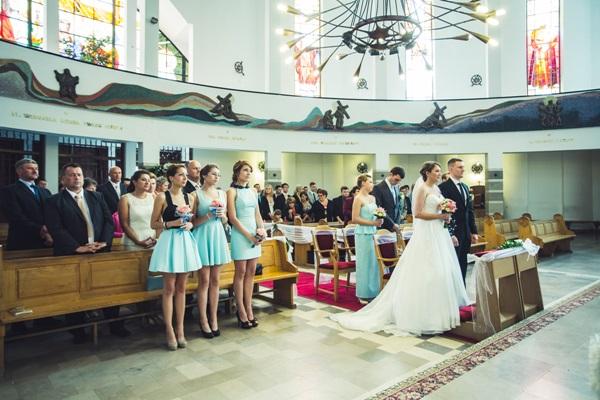 zdjecie przed oltarzem