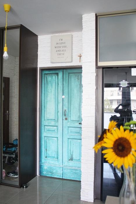 turkusowe drzwi naklejka