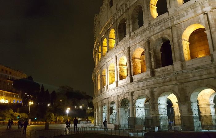 rzym koloseum noca