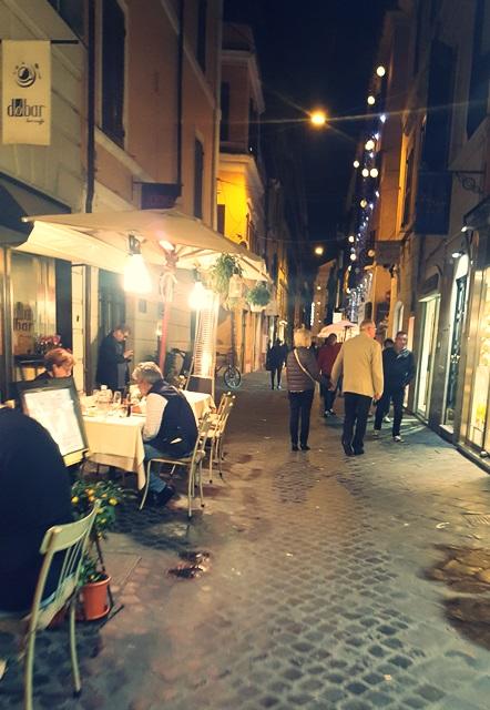uliczka rzym noc