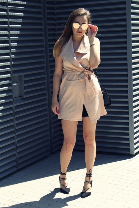 pudrowa sukienka stylizacja