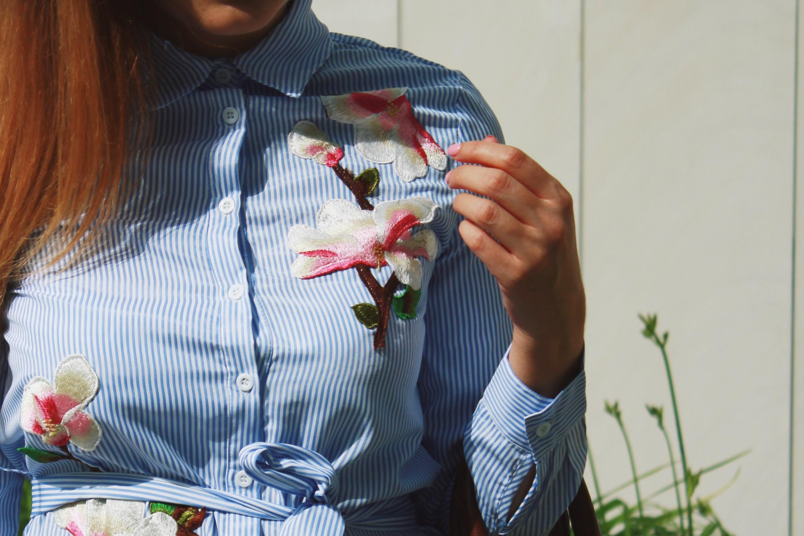 stylizacja sukienka blekit hafty