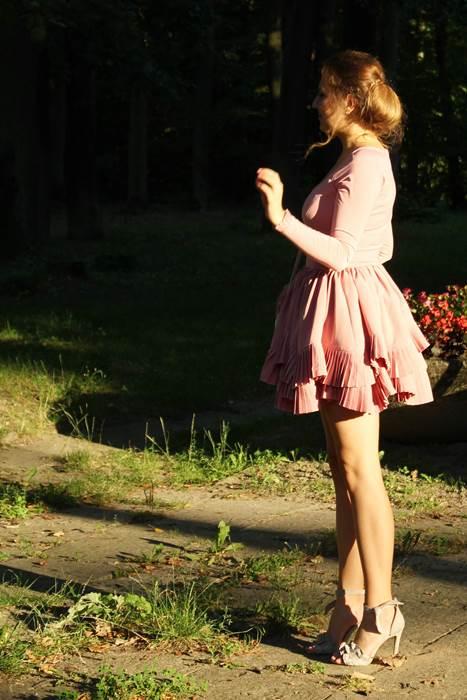 stylizacja sukeinka pudrowy roz lou studniowka