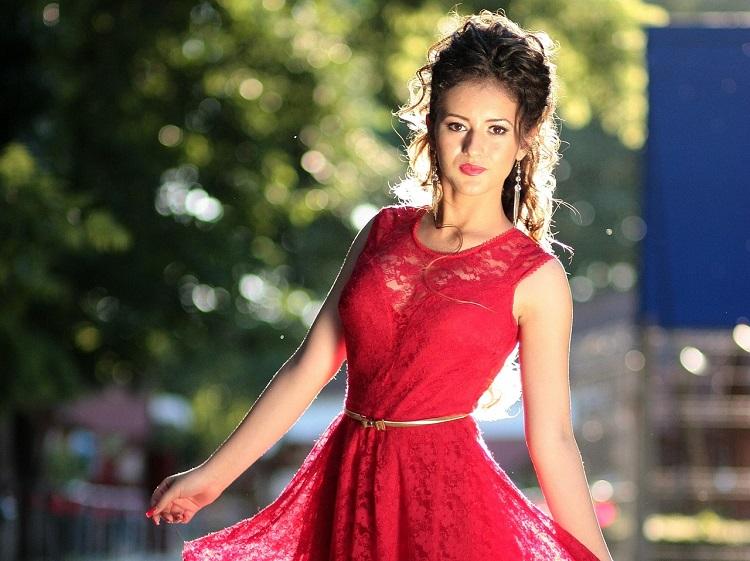 czerwona sukienka srebrna bizuteria
